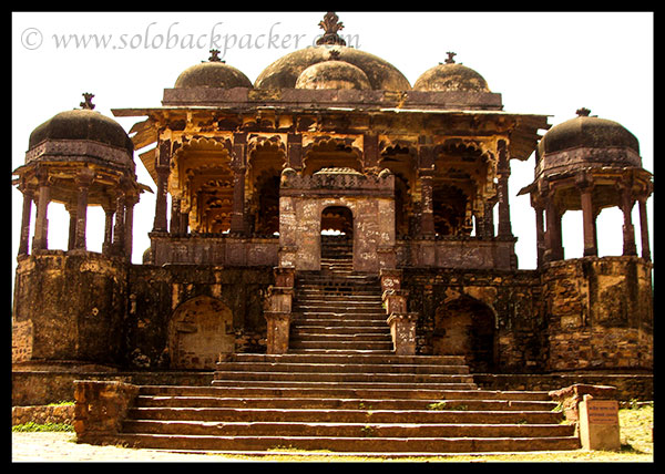 32-Pillar Cenotaph (Battis Khambha Chhatri) inside the Fort