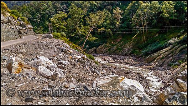 Mandakini River flowing between Sonprayag and Gaurikund